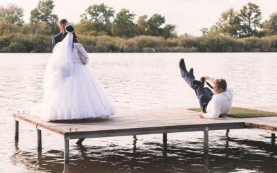 A stégről a vízbe? Julianna és Laci esküvője a fotós szemével.